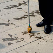 kineser træner kalligrafi med vand på fortovet