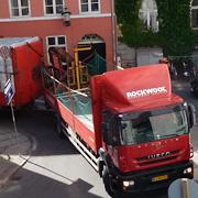 Stor lastbil med anhænger må opgive og bakke hele vejen tilbage til den vidunderligste hornkoncert