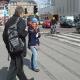 Camilla deler løbesedler ud om Moder Jords Dag